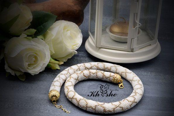 00WhiteGold Spiral Larg 595x396 - گردنبند دستبافت منجوق بافی شده ( سفید - طلایی کد : 01WGSP)